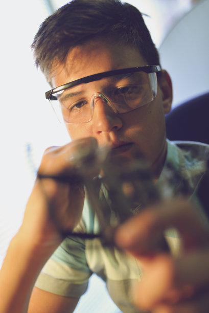 动作,垂直画幅,青少年,科学实验,14岁到15岁,金属丝,眼镜,茎,技术,计算机