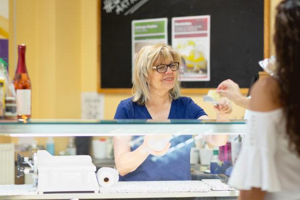 健康食物商店,小企业,奶制品,水平画幅,食品杂货,商店,奶酪,白人,信心