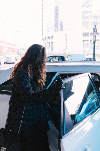 出租车,女商人,垂直画幅,忙碌,新创企业,仅成年人,都市风景,青年人,休闲正装,街道