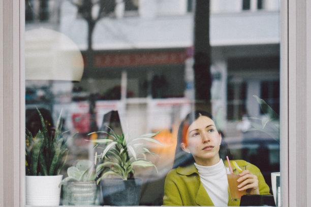 女商人,商店,咖啡,咖啡店,透过窗户往外看,旅行者,果汁,饮料,新创企业,仅成年人