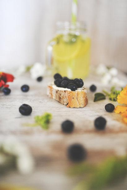 面包,蓝莓,垂直画幅,法式长棍面包,无人,膳食,法式食品,果汁,乡村风格,特写