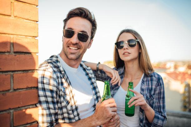 太阳镜,屋顶,啤酒瓶,青年伴侣,衣服,拿着,休闲活动,女朋友,旅行者,饮料
