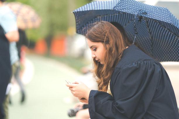 在下面,雨,伞,水平画幅,青年人,技术,成年的,商务,女人,便携式信息设备
