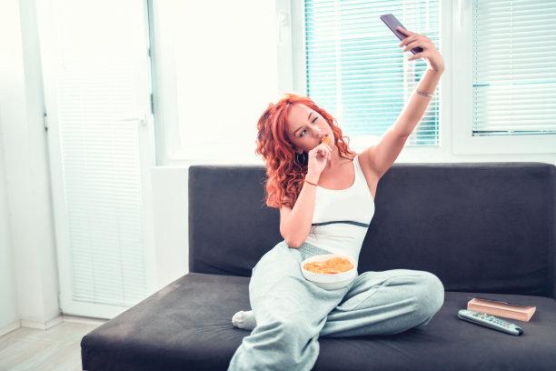 自拍,起居室,女性,自然美,电脑芯片,休闲活动,家庭生活,周末活动,玉米片,家具