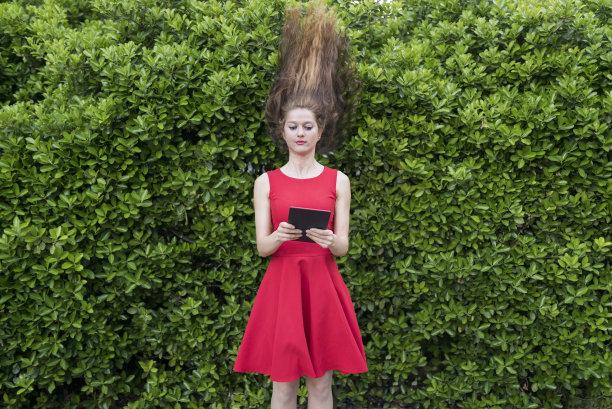 红色裙子,女人,背面视角,药丸,留白,风,休闲活动,提举,30岁到34岁,仅成年人