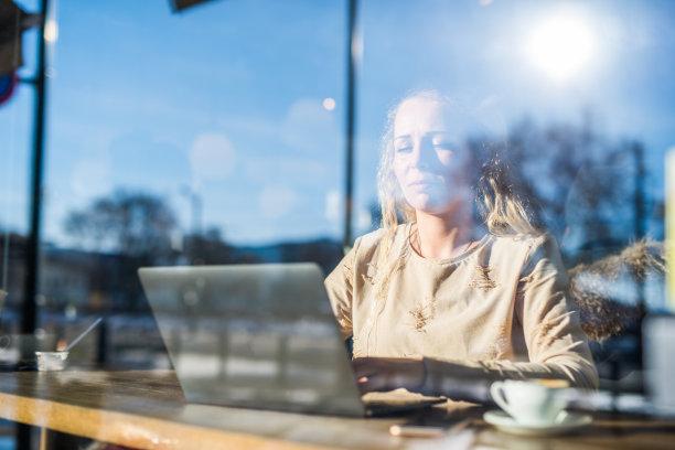 青年人,使用手提电脑,咖啡,咖啡馆,留白,电子邮件,忙碌,新创企业,仅成年人