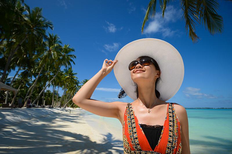 海滩,生活方式,旅行者,正下方视角,饰头巾,女性,向上看,椰子树,太阳镜,防晒霜
