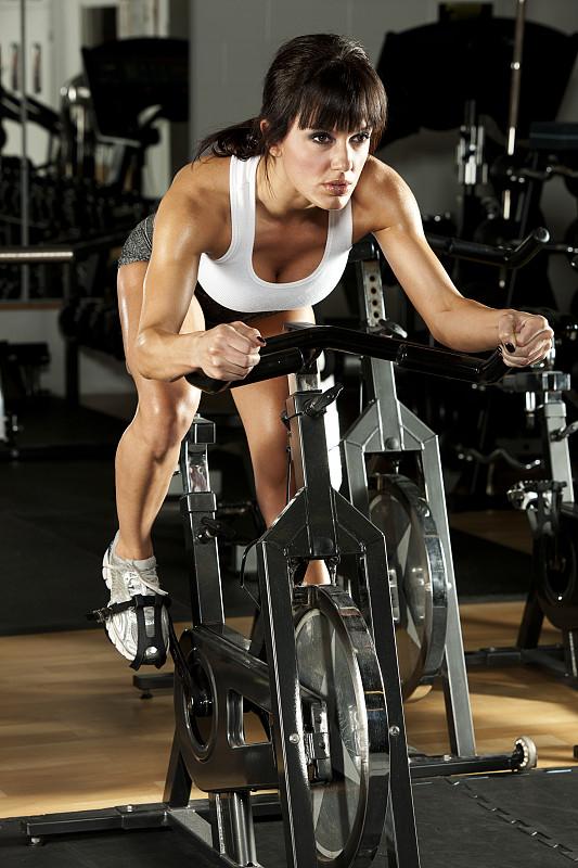 健身车,女人,平衡折角灯,垂直画幅,美,运动员,仅成年人,运动,成年的