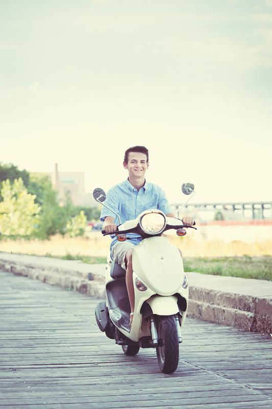 小型摩托车,青年男人,机动脚踏车,明尼亚波理斯,骑车,垂直画幅,青少年,留白,青春期,陆用车