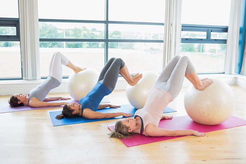 女人,健身球,练习室,球,30到39岁,水平画幅,腹腔,人类肌肉,健康,白人