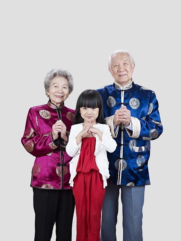 孙女,老年伴侣,春节,垂直画幅,多代家庭,仅成年人,祖父,传统服装,成年的,老年男人
