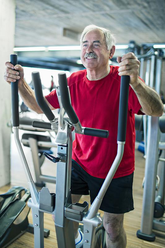 松弛练习,踏步机,健身跑道,学校体育馆,垂直画幅,休闲活动,健康,男性,仅男人,仅成年人