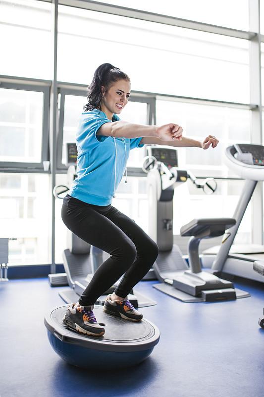 健身房,青年女人,平衡,健身器材,垂直画幅,球,健身设备,运动竞赛,休闲活动,白人