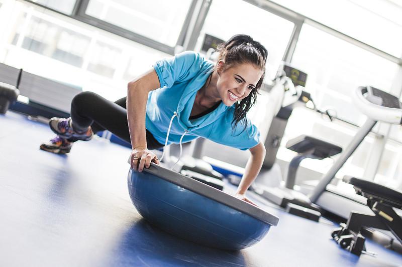 松弛练习,健身房,青年女人,平衡,健身器材,俯卧撑,球,健身设备,运动竞赛,休闲活动