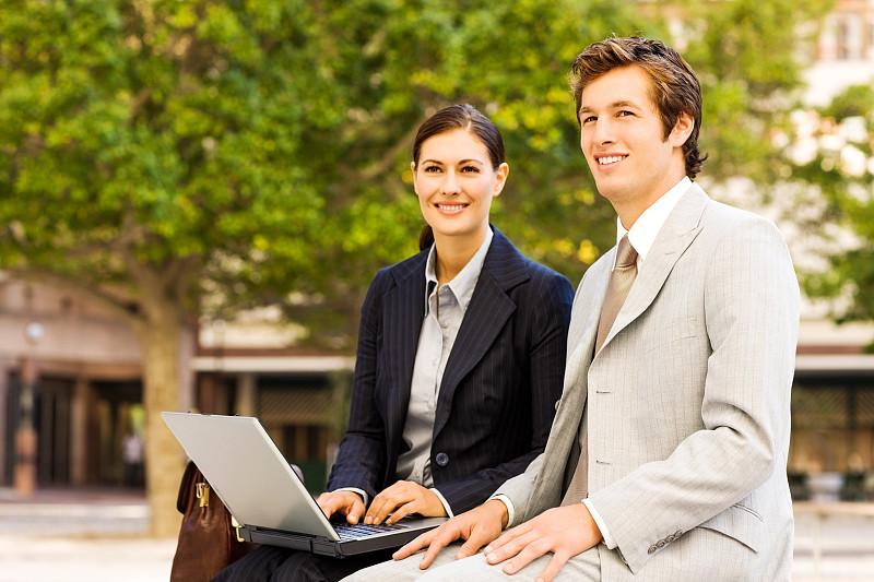 笔记本电脑,商务人士,不看镜头,美,水平画幅,美人,套装,户外,白人,男商人