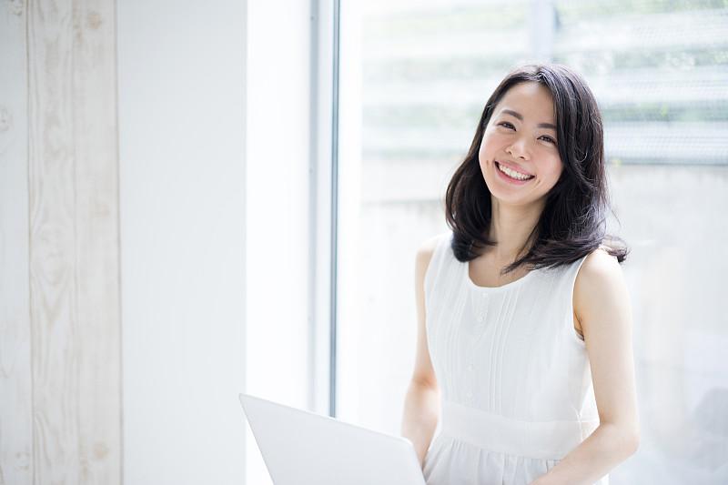 女人,使用手提电脑,留白,笔记本电脑,水平画幅,仅成年人,明亮,日本人,长发,青年人