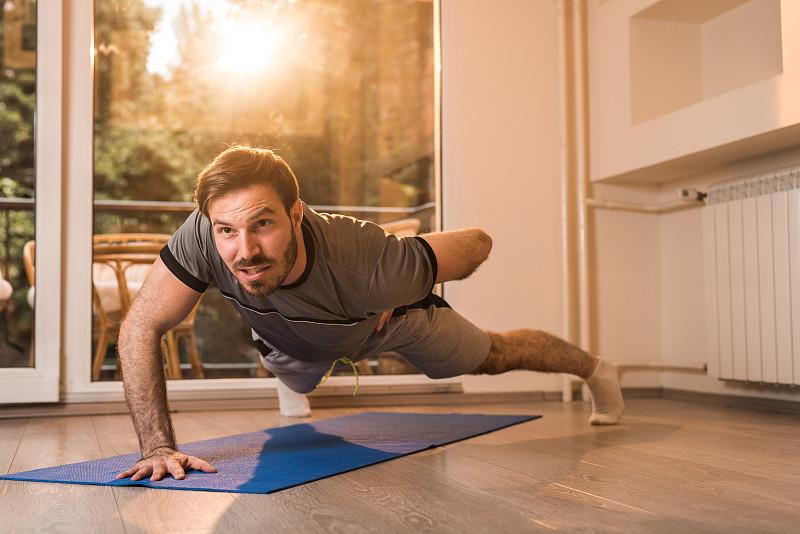俯卧撑,青年男人,住宅内部,一个人,手,练习室,健身垫,休闲活动,水平画幅,健康