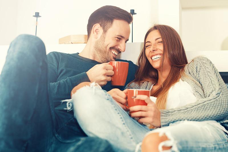 家庭生活,幸福,青年伴侣,休闲活动,水平画幅,伴侣,白人,咖啡,男性,仅成年人