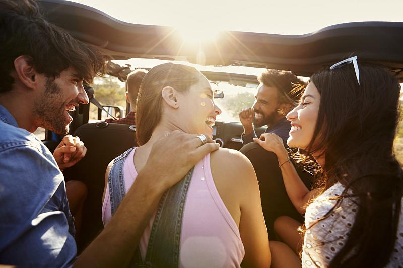 友谊,汽车,自驾游,五个物体,30到39岁,拉美人和西班牙裔人,休闲活动,水平画幅,夏天,白人
