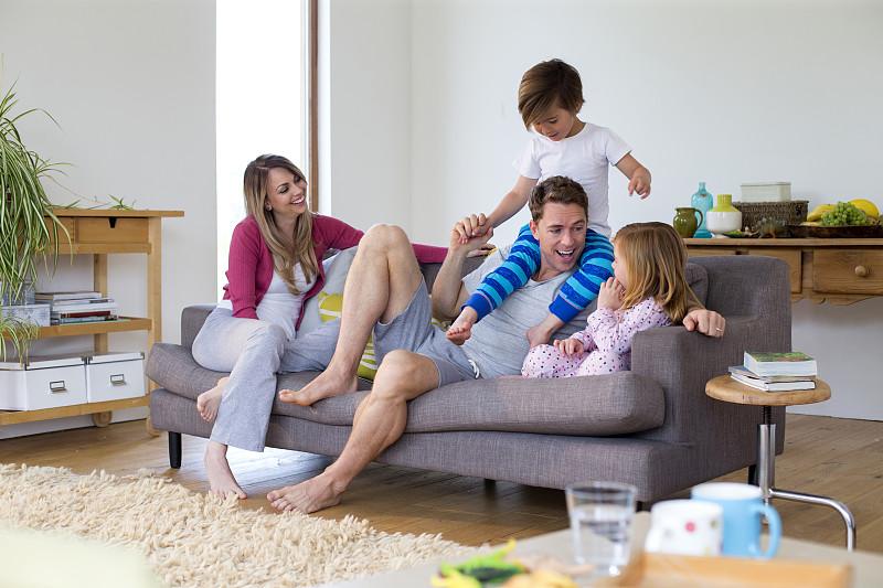 父亲,攀登架,二件式睡衣,起居室,休闲游戏,沙发,家庭生活,嬉戏的,进行中,室内