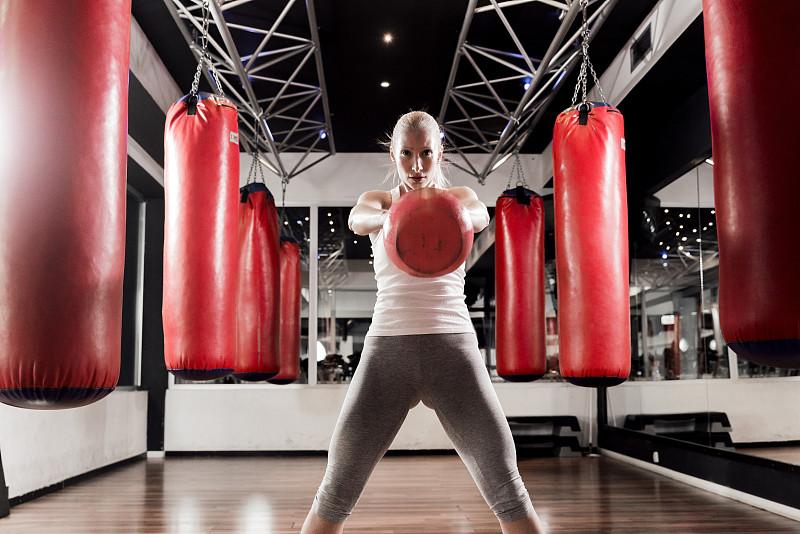 在边上,壶铃,人类肌肉,美,30到39岁,健身设备,水平画幅,健康,决心,运动员