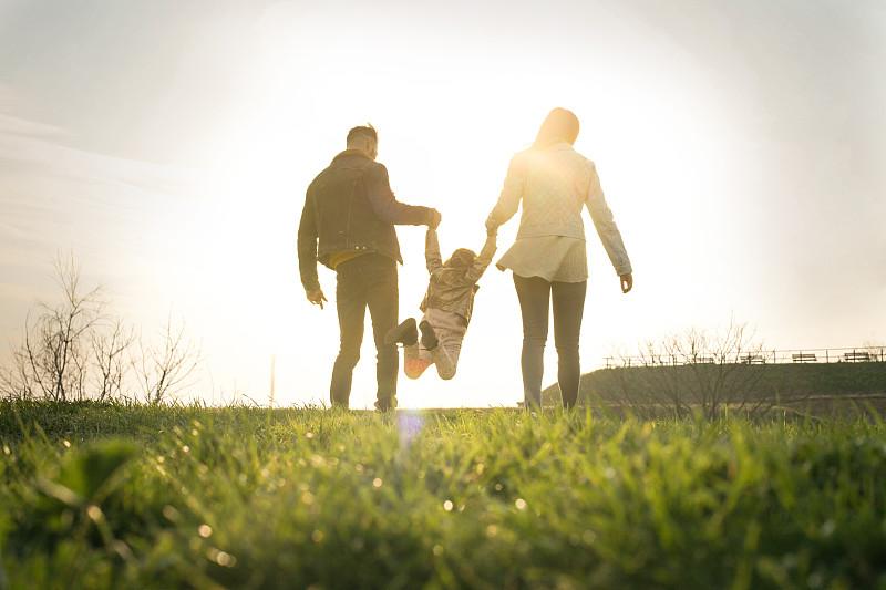 家庭,幸福,乐趣,派克大街,双亲家庭,手牵手,背面视角,父母,父女,儿女