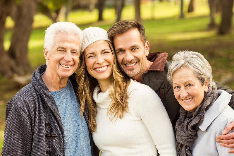 家庭,注视镜头,成年子女,二代家庭,父女,多代家庭,女儿,60到69岁,儿子,40到44岁