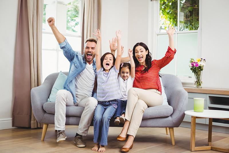 沙发,家庭,幸福,高举手臂,充满的,张着嘴,长度,两个孩子的家庭,正面视角,35岁到39岁