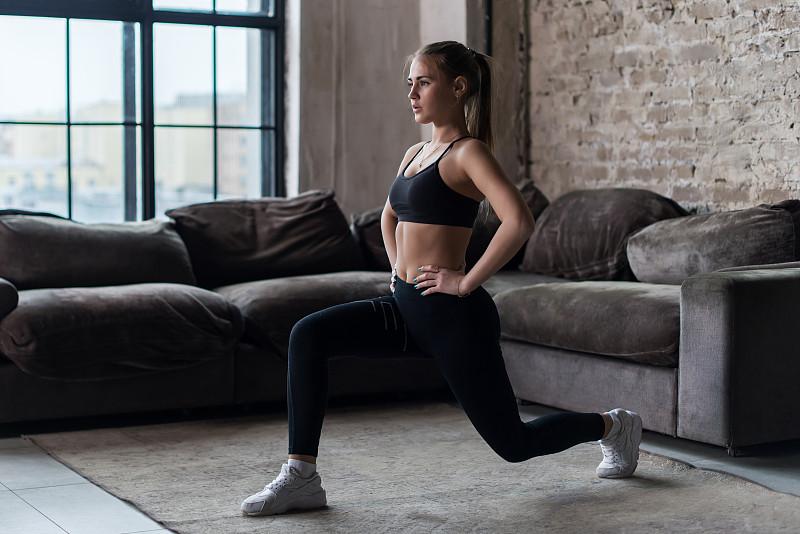 女人,室内,平坦的,可爱的,弓步,胸罩,锻炼,蹲,训练