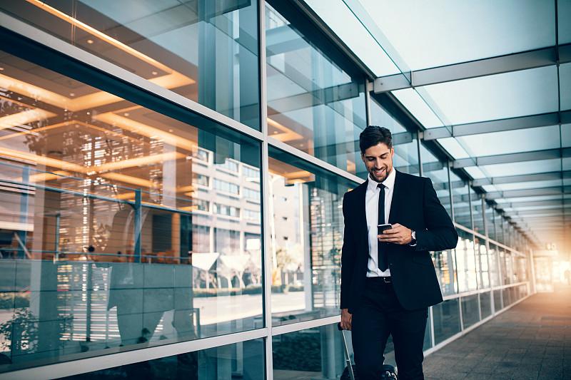 机场,手机,男商人,青年人,商务旅行,在活动中,商务,智能手机,便携式信息设备,发短信