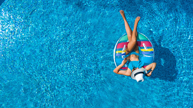 在上面,游泳池,航拍视角,多纳圈,家庭,乐趣,女孩,橡胶游泳圈,游泳,度假