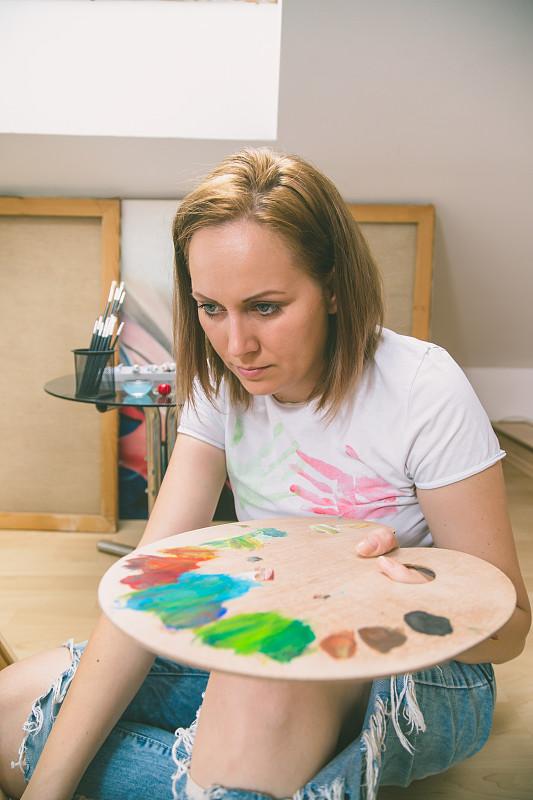画布,涂料,幸福,青年女人,垂直画幅,艺术家,家庭生活,画笔,仅成年人