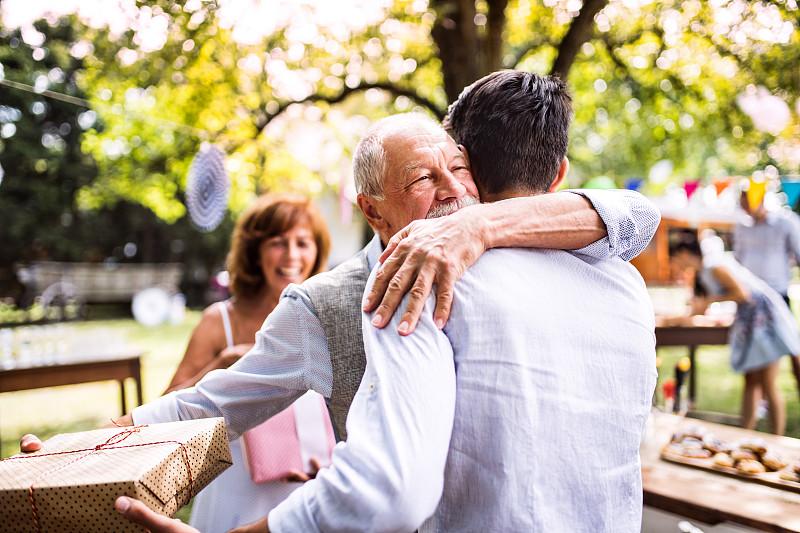 游园会,家庭,后院,里面翻到外面,多代家庭,水平画幅,古老的,人群,盒子,夏天