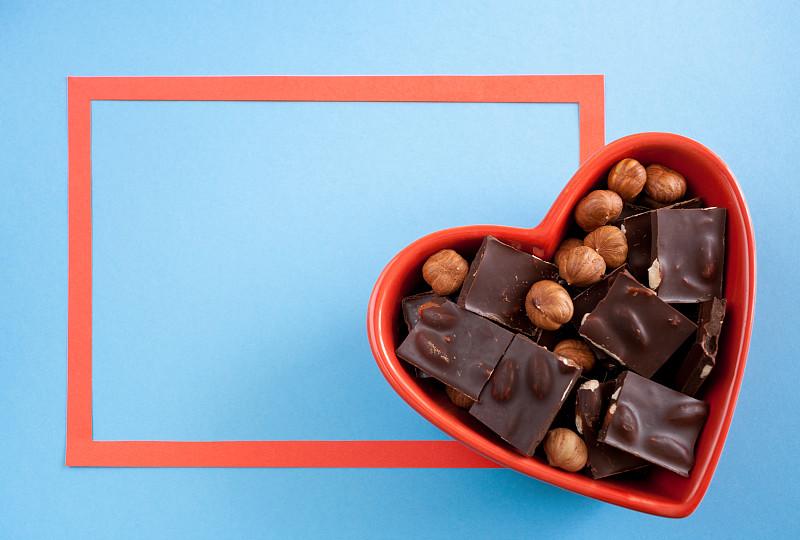 边框,碗,巧克力,红色,心型,蓝色背景,餐具,褐色,坚果,水平画幅