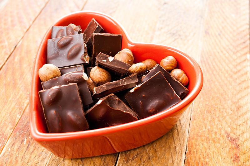 坚果,碗,木制,红色,心型,巧克力片,桌子,餐具,褐色,水平画幅