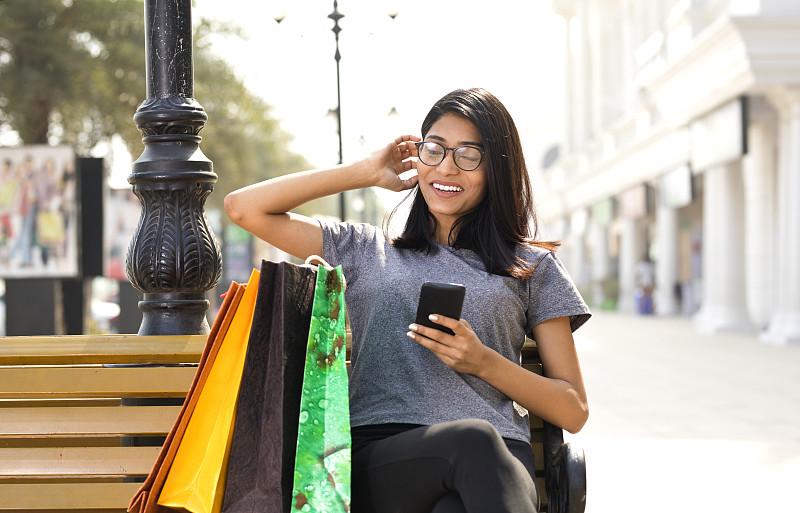 女人,手机,修改系列,青少年,忙碌,印度人,仅成年人,眼镜,青年人,街道