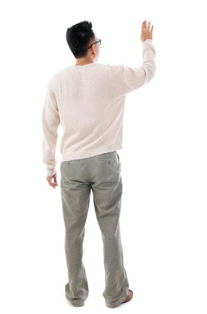 举起手的男性背面