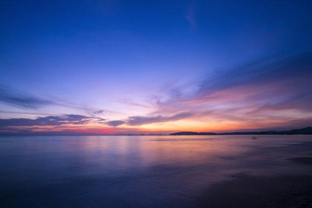 平静天空海面