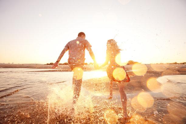 海边游玩的情侣