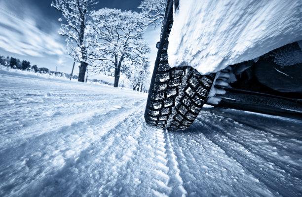 冬天积雪上的汽车