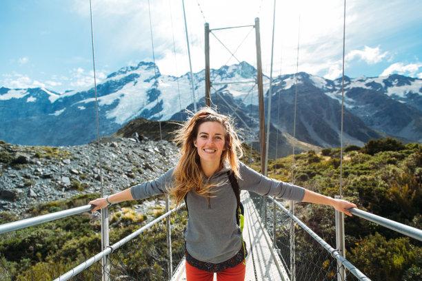在新西兰回旋桥的女人