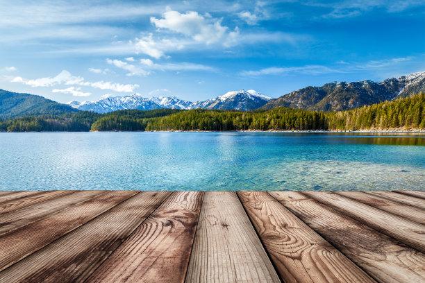 湖边木板小路