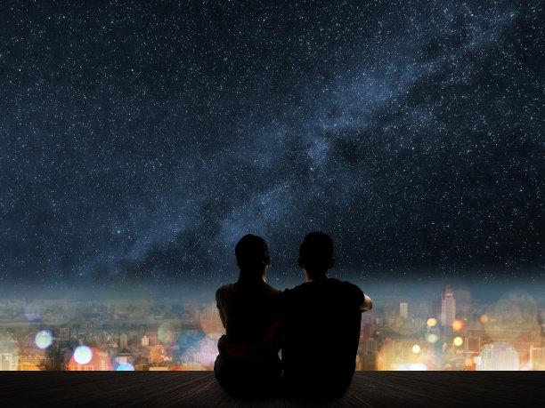 看夜景的情侣背影