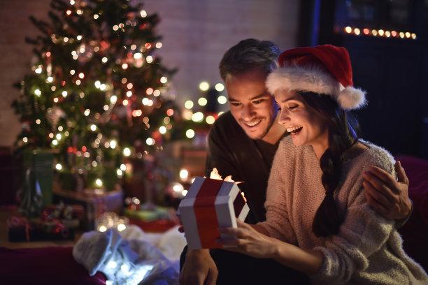 情侣拆圣诞节礼物