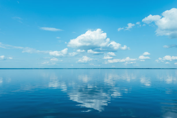 晴朗湖面风景