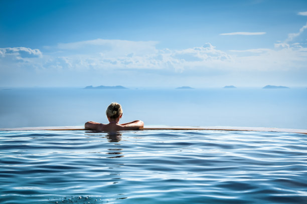 女人在无边际泳池