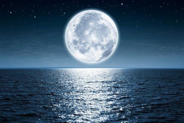 夜空湖面上的月亮