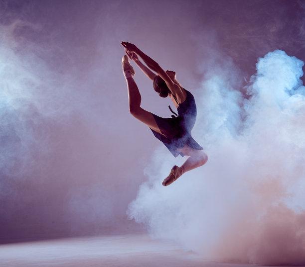 青年人芭蕾舞者自然美