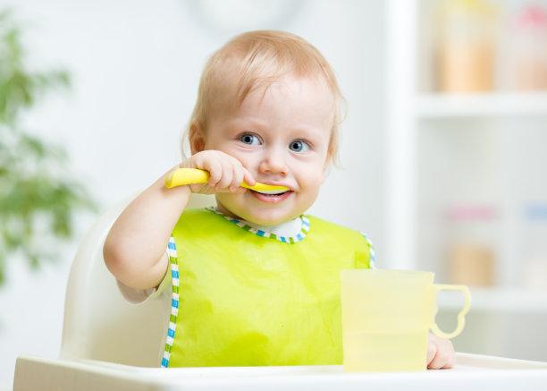 吃饭的婴儿