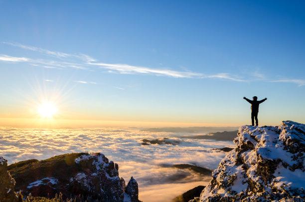 徒步旅行爬上山顶